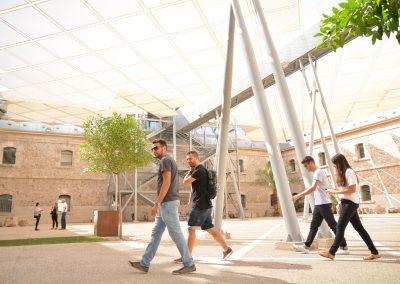 alumnos caminando